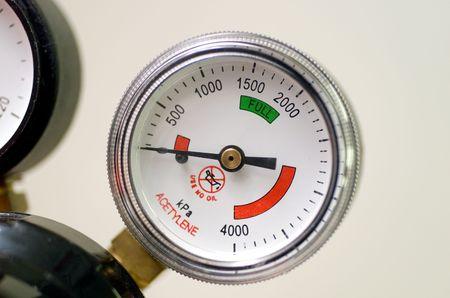 gas cylinder: Dial de un man�metro Bourdon conocido como un indicador, utilizado en un cilindro de gas