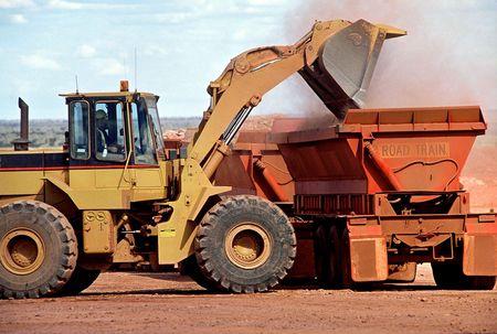 cargador frontal: Cargador frontal Fin del mineral de oro en la entrega de camiones Foto de archivo