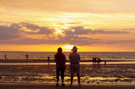 strand australie: Zonsondergang bekijken, Mindil Beach, Darwin, Northern Territory, Australië Stockfoto
