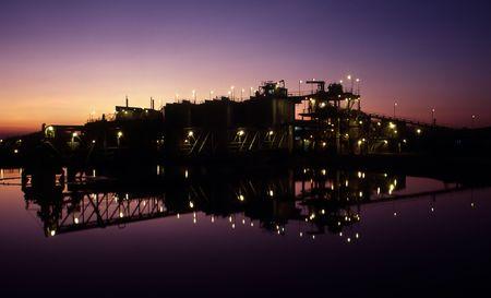 mineria: Amanecer en Mina de Oro y planta de procesamiento de balsa