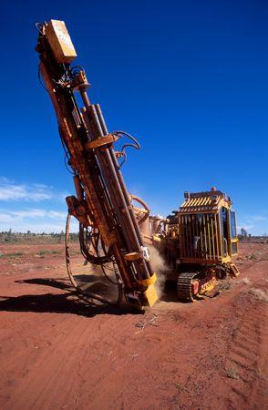 mineria: Un equipo m�vil de perforaci�n, muestras de perforaci�n en la miner�a de oro un arrendamiento
