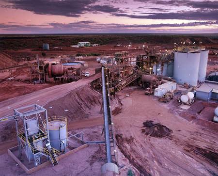 mineria: Vista elevada de planta de procesamiento de la mina de oro justo antes de amanecer Foto de archivo