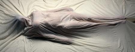 puzzelen: Mysterieuze beeld van vrouw gewikkeld in doek lijkwade