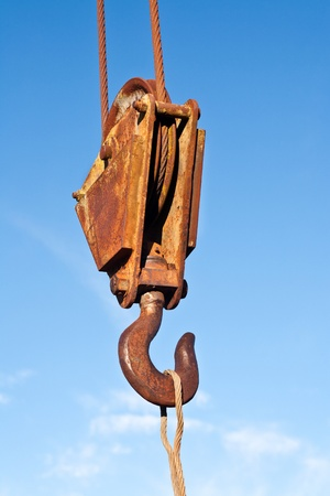 polea: Una secci�n de un aparejo de poleas con cable de acero y gancho de pesada de gran tama�o