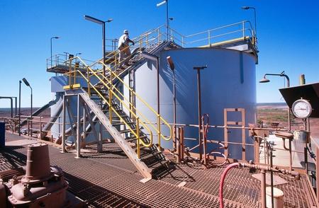 mineria: Vista de la planta de procesamiento de la miner?a de oro en el desierto de Australia Foto de archivo