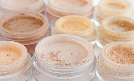 numerous jars with make-up powder, blush, rouge, eyeshadows Imagens - 15252125