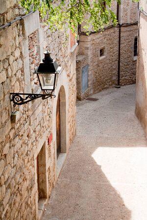 narrow street in Girona, Spain Imagens - 16004427