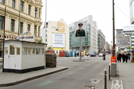 BERLIN - MAY 11: Checkpoint Charlie on May 11, 2010 in Berlin, Germany. During the Cold War it was a crossing point between East and West Berlin. Imagens - 17838811