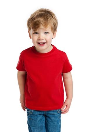 Glimlachende gelukkige jongen in de rode T-shirt in de studio op een witte achtergrond. Stockfoto