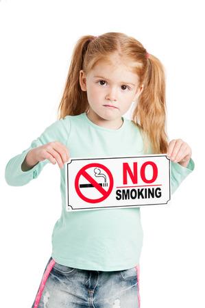 prohibido fumar: Niña infeliz la celebración de una señal de no fumar. Aislado sobre fondo blanco. Foto de archivo