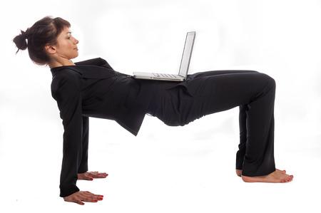 working at home: Mujer multitarea en el yoga plantean aislados en blanco
