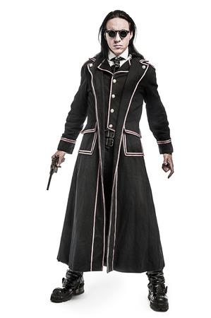 vestidos de epoca: Figura de la fantasía de Steampunk un disparo en el estudio sobre fondo blanco.