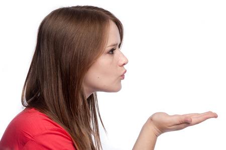 handkuss: Mädchen weht ein Kuss. Studio shot weißen Hintergrund. Lizenzfreie Bilder