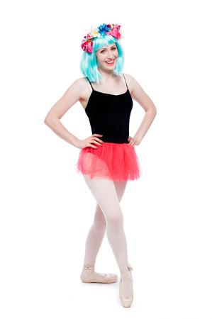 turnanzug: Verr�cktes Per�cke Blumen M�dchen tutu Trikot Ballett-Pose in Studio auf wei�em Hintergrund.