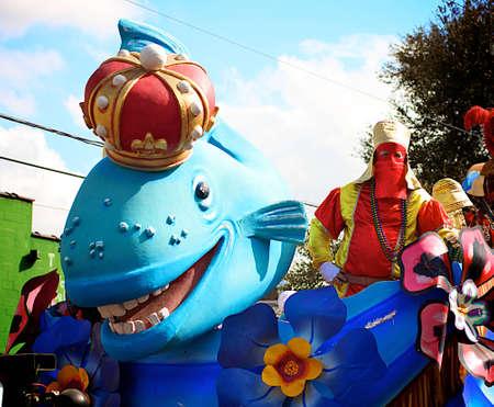 Una carroza de pescado azul en un desfile durante el Mardi Gras en Nueva Orleans