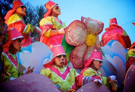 Jinetes de flotar con perlas en una carroza durante el Mardi Gras en Nueva Orleans Foto de archivo