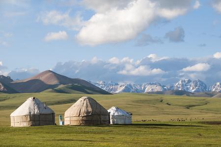 Kirgistan の Songköl 湖の周辺の山々 の背景にパオ