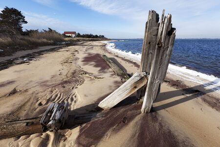 incendio casa: Vista panorámica de Fire Island National Seashore nieve, y el viejo muelle y la casa en la playa