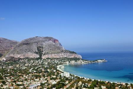 mondello: Spiaggia di Mondello si trova tra due scogliere chiamati Monte Gallo e Monte Pellegrino Mondello, Sicilia, Italia