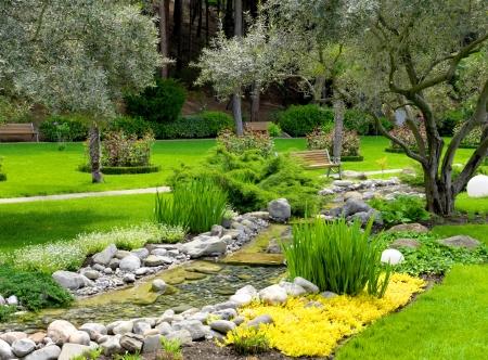 アジアン スタイルで池の庭園