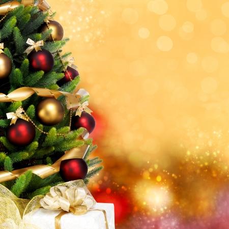 흰색 배경에 장식 된 크리스마스 트리