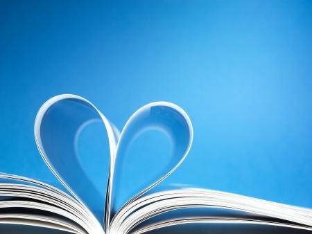 historias biblicas: p�ginas de un libro curvada en forma de coraz�n Foto de archivo