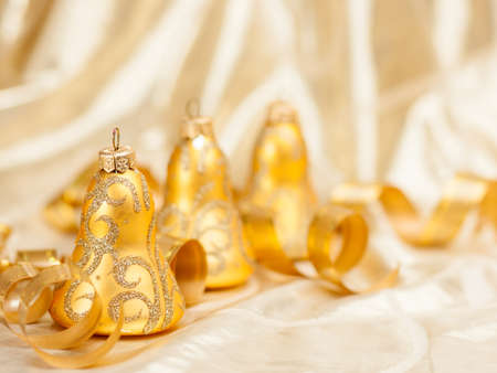 gold christmas decorations: Christmas balls and toys decorations background in gold colors