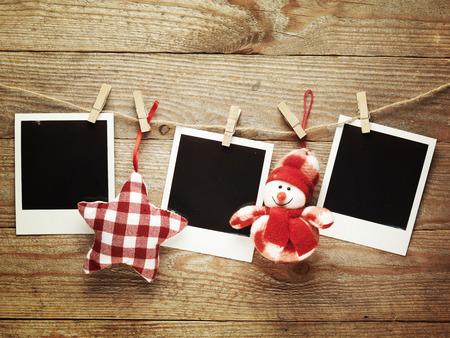 Vintage fotolijsten versierd voor de kerst op de houten plank achtergrond met ruimte voor uw tekst,