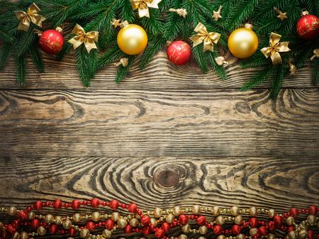 decoracion mesas: Christmas fir tree with decoration on a wooden board. Foto de archivo