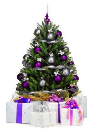 sapin: Arbre de Noël décoré sur fond blanc. Banque d'images