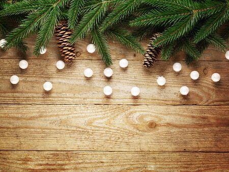 Weihnachtstannenbaum mit Dekoration auf einem Holzbrett Standard-Bild