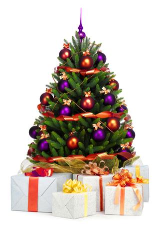 Geschmückter Weihnachtsbaum auf weißem Hintergrund. Standard-Bild - 47230283