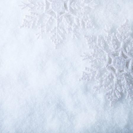 白い霜に 2 つの美しいスパーク リング ビンテージ雪片は雪背景です。 写真素材
