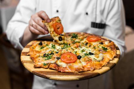Blanco pizza despedido napolitano Pizza Maker Cierre sosteniendo plata bandeja con pastel fresco