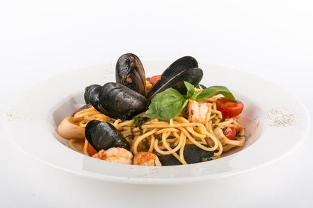Spaghetti con frutti di mare isolati su fondo bianco Archivio Fotografico