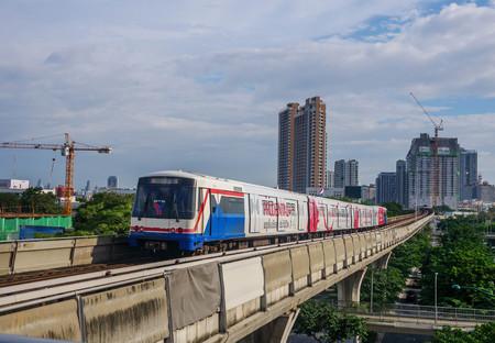 Stazione ferroviaria BTS Mo chit sky, Bangkok Thailandia 8 agosto 2018: il treno in arrivo alla stazione Mo chit BTS (sistema di trasporto di massa di Bangkok) è il sistema di trasporto rapido a Bangkok