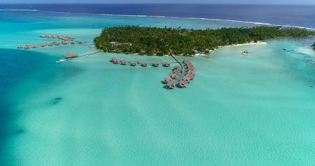 Water bungalows resort en islas, polinesia francesa en vista aérea