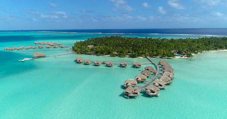 Water bungalows resort at islands, french polynesia in aerial view 免版税图像