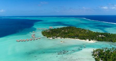 Wodne bungalowy na wyspach, polinezja francuska w widoku z lotu ptaka