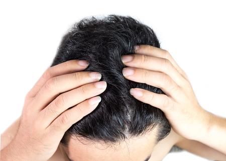 Graues Haar auf dem Kopf des jungen Mannes. Produktkonzept für Haarfärbemittel.