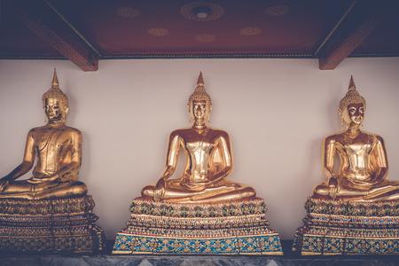 Statue de Bouddha méditation dorée à Wat Phra Chetuphon Wimonmungklaram (Wat Pho) le monument de Bangkok, Thaïlande Banque d'images