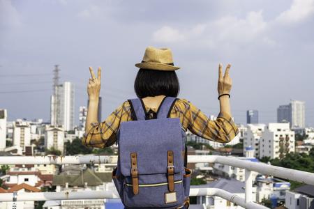 I turisti della ragazza asiatica Viaggiatori con zaino e sacco a pelo stanno per ammirare la bellezza dell'edificio. e il paesaggio di Bangkok, Thailandia. durante il suo viaggio di vacanza.