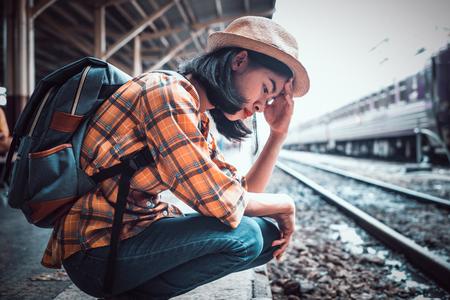 Jeunes femmes touristes d'Asie Être stressées et frustrées par un voyage en train manquant. à la gare de Hua Lamphong Bangkok Thaïlande.