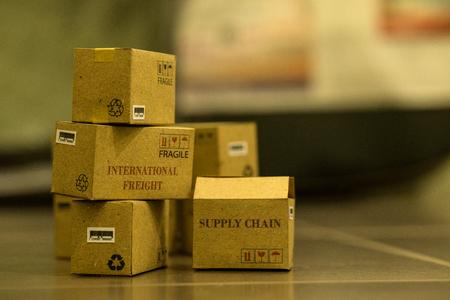 Pila de productos de cajas de cartón en almacén. idea de negocio de carga internacional o servicio de envío para compras en línea o concepto de comercio electrónico. bienes o servicios de transporte de carga de forma remota.