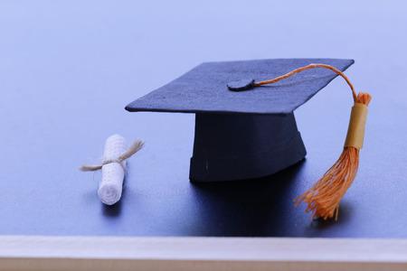 Gorro de graduación negro, diploma en el aula. Programa de certificado de posgrado, concepto de conocimiento de la educación
