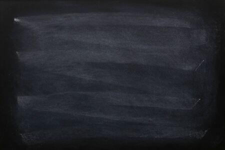 Leere Kreide auf Tafel- oder Tafelbeschaffenheit ausgerieben. saubere Schulbehörde für den Hintergrund. Hintergrund der Bildungskonzepte. Standard-Bild