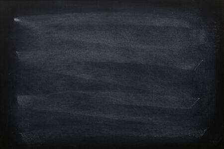 Tiza en blanco borrada en la pizarra o textura de pizarra. Junta escolar limpia para el fondo. Telón de fondo de los conceptos de educación. Foto de archivo