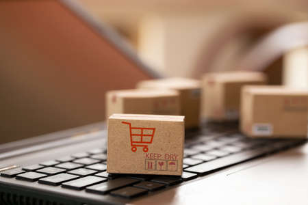 Shopping online, e-commerce concept: Cardboard boxes on keyboard. depicts of transportation that can be done easily using an online internet. 免版税图像