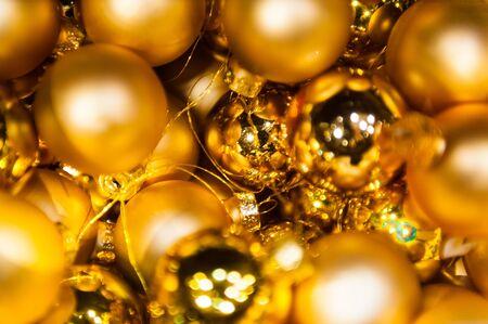 Vele gouden ballen van Kerstmis in mand en ster op kleurrijke Kerstmisachtergrond