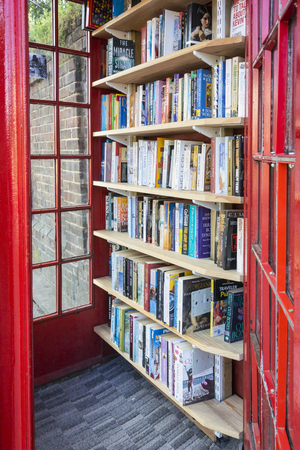 British red telephone box now used as a micro library 新闻类图片